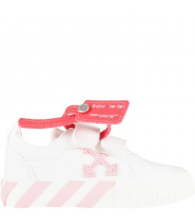 White sneakers for girl with iconic pink arrow